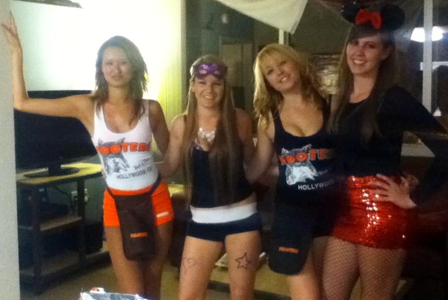 2011. Hooters girl
